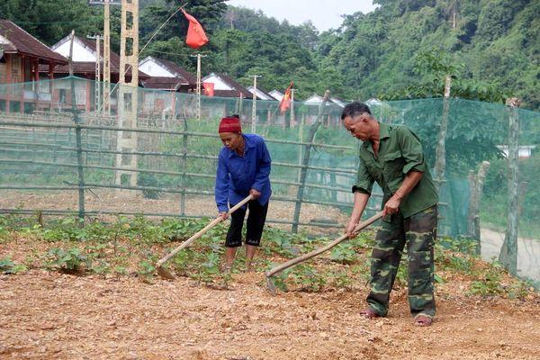 Đồng bào Đan Lai lần đầu tiên biết đào ao thả cá, trồng rau nuôi gà ở quê mới