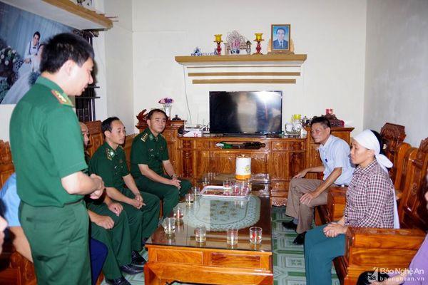 Thăm hỏi gia đình có 2 thuyền viên tử nạn và mất tích ở Quỳnh Lưu