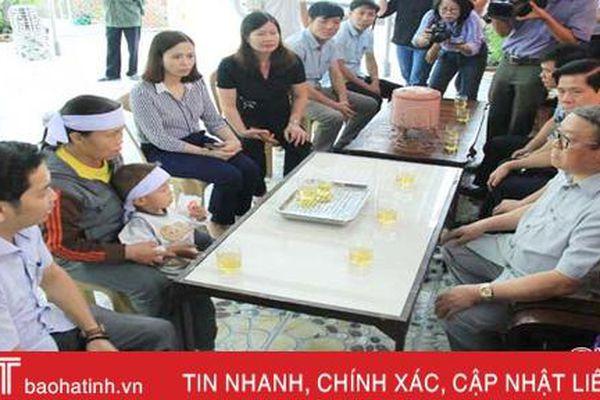 Chủ tịch Hội Nông dân Việt Nam thăm hỏi nạn nhân bị đuối nước ở Nghi Xuân