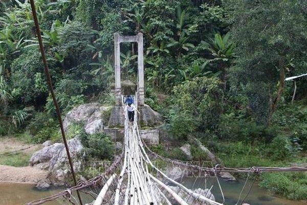 Thầy hiệu trưởng vượt 'cầu treo tử thần' vào rừng sâu gọi từng học trò đến lớp