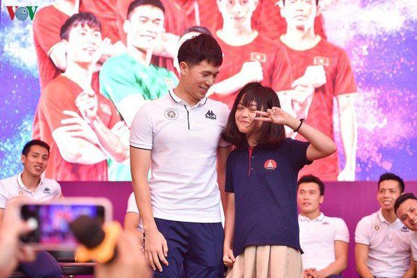 Quang Hải, Đình Trọng được CĐV nhí rủ thi tâng bóng, thách cưới