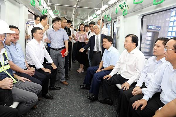 Phó Thủ tướng Trịnh Đình Dũng đi thử tàu điện đường sắt Cát Linh - Hà Đông