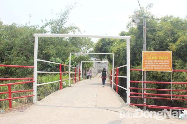 Lắp đặt hàng rào lan can tại cầu Kim Bích sau vụ lũ cuốn trôi ô tô chở 4 người