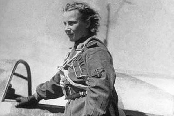 Nữ phi công lái máy bay chiến đấu huyền thoại của Liên Xô
