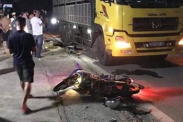 Xe máy 'kẹp' ba tông vào xe tải đỗ bên đường, 2 chú cháu thiệt mạng