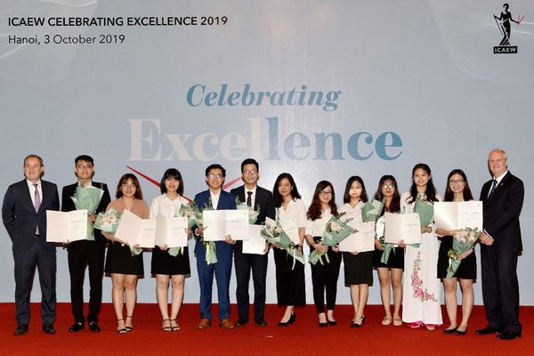 Viện Kế toán Công chứng Anh và xứ Wales - ICAEW trao chứng chỉ quốc tế cho 31 học viên Việt Nam