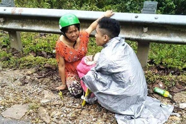 Dưới trời mưa tầm tã, chồng bất đắc dĩ làm 'bà đỡ' cho vợ bên vệ đường