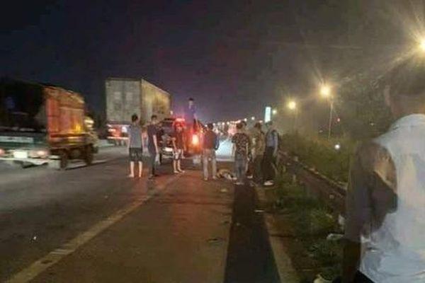 2 công nhân tử vong do bị xe khách tông khi băng qua đường cao tốc