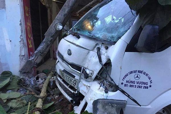 Yên Bái: Xe tập lái đâm vào nhà dân, tài xế bị thương nặng