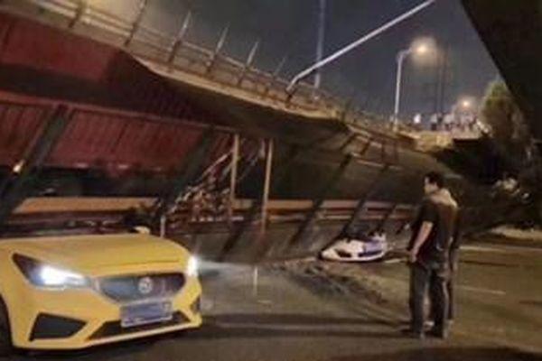 Sập cầu tại Trung Quốc, 3 ô tô bị đè bẹp