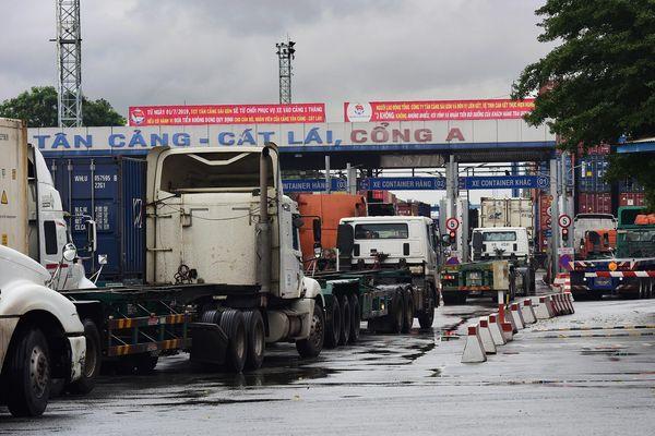 Xe container chạy suốt ngày đêm khiến Cát Lái ô nhiễm nhất TP.HCM