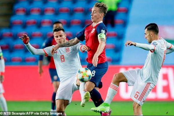 Italia sớm có vé vào vòng chung kết, Tây Ban Nha vẫn phải chờ
