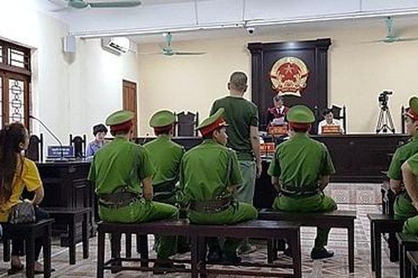 Đang chịu án tù giam vẫn ra được ngoài gây rối trật tự công cộng?