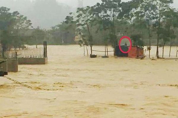 Hà Tĩnh: Cứu sống 2 công nhân bị mắc kẹt giữa dòng nước lũ