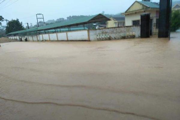 Ngập nước, hàng nghìn học sinh miền núi Hà Tĩnh không thể đến trường