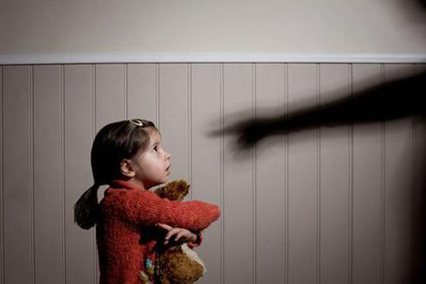 Những vụ người thân bạo hành trẻ nhỏ gây bức xúc xã hội gần đây