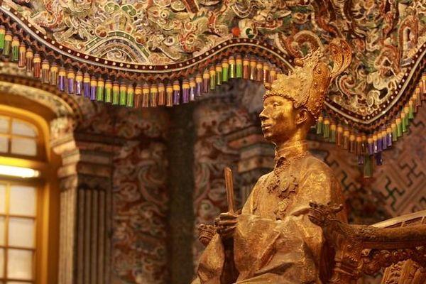 Những bảo vật gì xuất hiện trong lễ đăng quang của vua Khải Định?