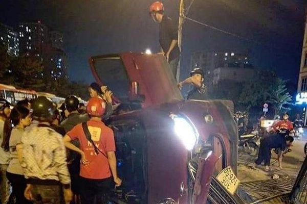 Ô tô Ecosport lật nghiêng, 5 người trong xe thoát nạn