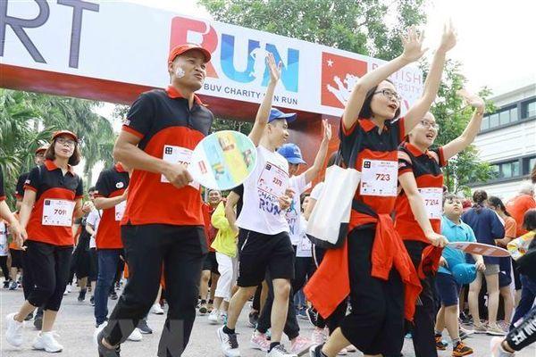 Gần 8.000 người tham gia chương trình chạy bộ Charity Fun Run