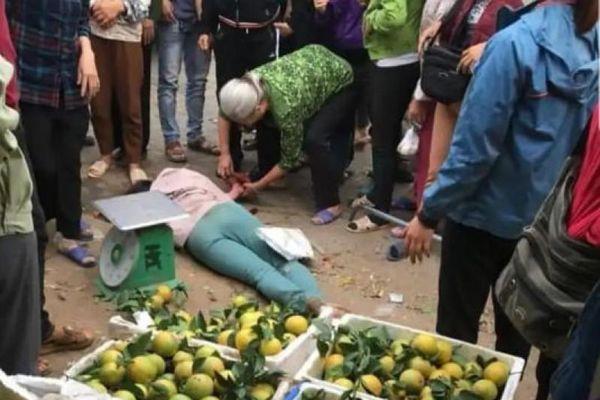 Mâu thuẫn khi mua cam, nữ khách hàng bị bà bán dưa đâm gục tại chợ