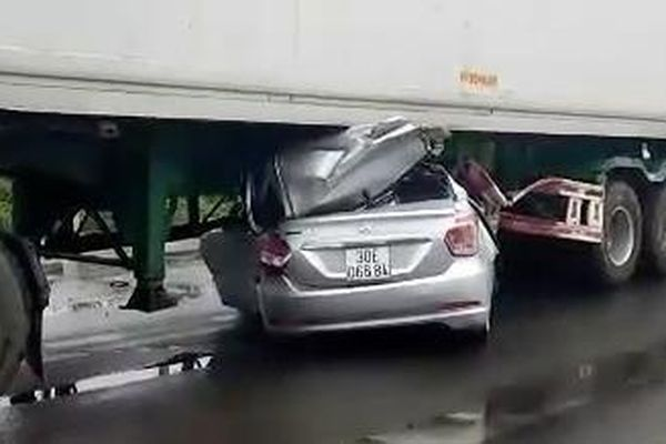 Ôtô con chui vào gầm xe đầu kéo, 2 người chết