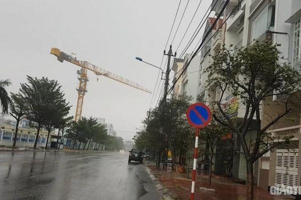 Hoảng hồn tháp cẩu công trình quay như chong chóng trước giờ bão số 6 đổ bộ