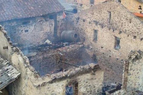 Nghi bị bỏ bùa ngải, nam thanh niên đốt trụi nhà hàng xóm