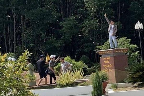 Chụp ảnh 'phản cảm' trên Cột mốc tọa độ Quốc gia: Sở Văn hóa Cà Mau nói gì?