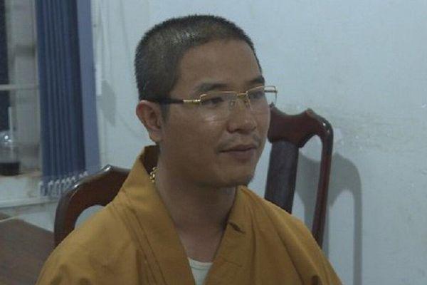 Khởi tố thầy chùa dùng gậy đập vỡ kính ô tô vì không cho xe vượt