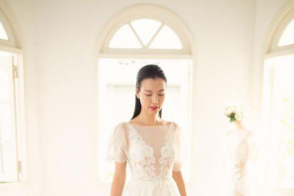 Sao Việt ngày 22/11: Hoàng Oanh đi thử váy cưới khiến người hâm mộ xao xuyến vì quá đẹp