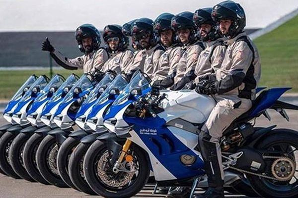 Cảnh sát Abu Dhabi tuần tra bằng siêu môtô Ducati Panigale V4 R