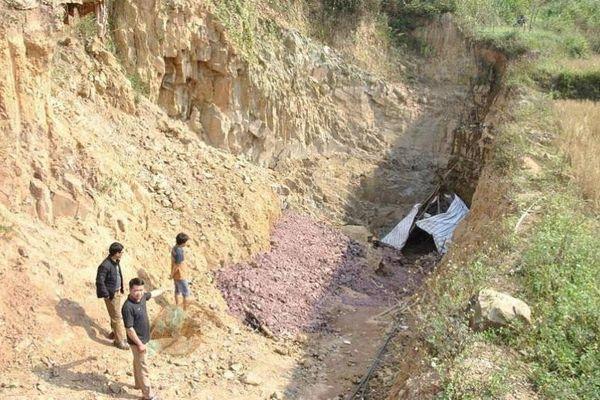 Bắc Giang: Bị tước giấy phép vẫn ngang nhiên đào hầm khai thác khoáng sản