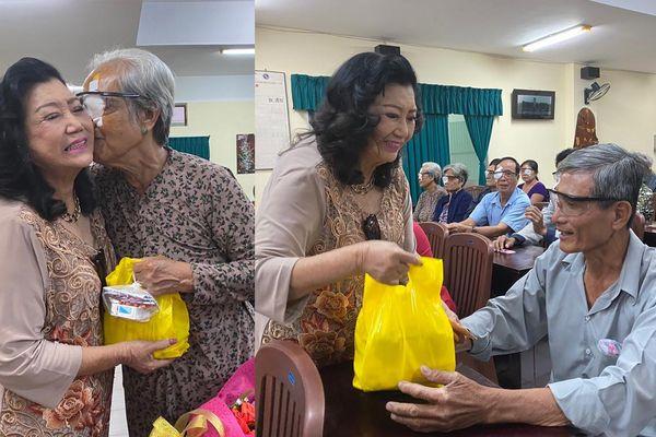 Vừa xuất viện về nhà, NSND Kim Cương gây xúc động khi giúp người nghèo mổ mắt