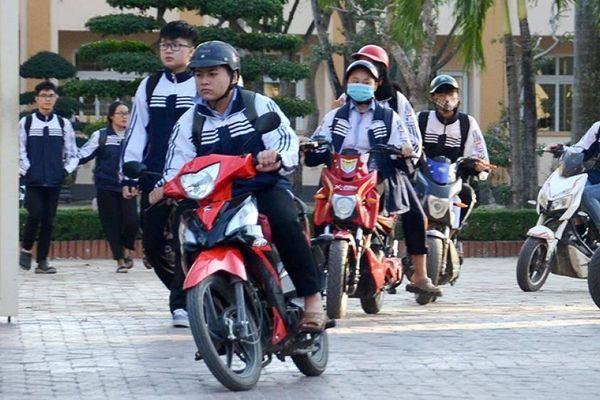 Xe gắn máy dưới 50cc vô tư 'đua' tốc độ, vì sao không cần bằng lái?