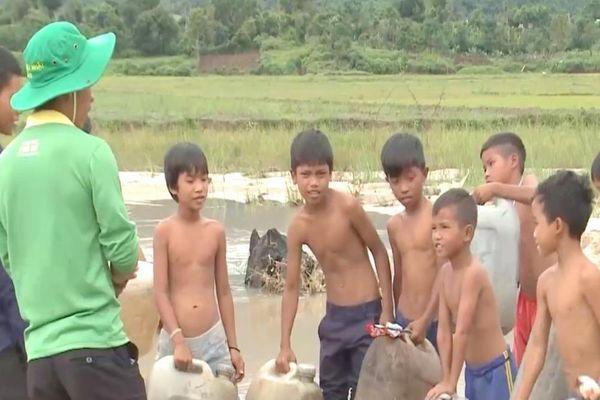 Ba chàng trai dạy bơi miễn phí giúp trẻ em trong buôn làng thoát nạn đuối nước