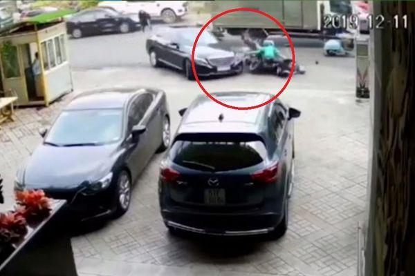 Mercedes 'lùa' xe máy lên vỉa hè, người bị thương nằm la liệt