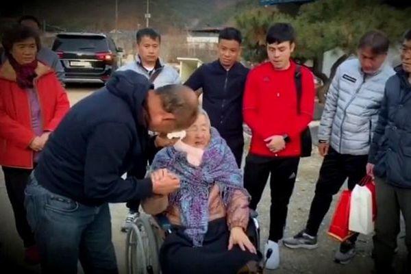 Thầy Park xúc động đưa U23 Việt Nam về thăm mẹ già 97 tuổi