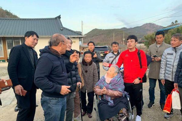 Ông Park về quê thăm mẹ: Xúc động những dòng nước mắt