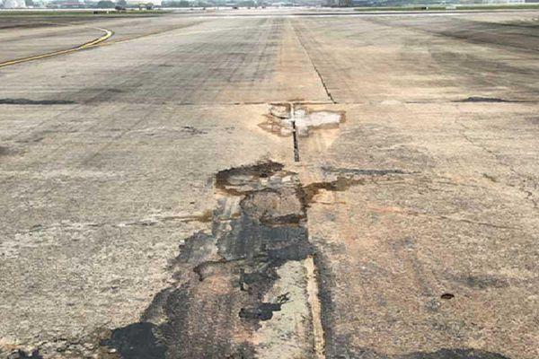 Máy bay liên tục rách lốp là sự cố bình thường?
