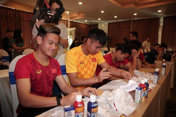 Vinamilk tặng quà cho U-22 Việt Nam sau HCV SEA Games lịch sử