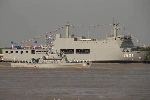 'Hàng xóm' của Việt Nam mang đủ bộ tàu chiến ra duyệt binh trên... sông