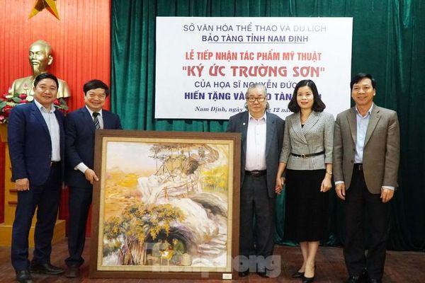 Họa sỹ Đức Dụ tặng tranh về 'Ký ức Trường Sơn' cho Bảo tàng Nam Định