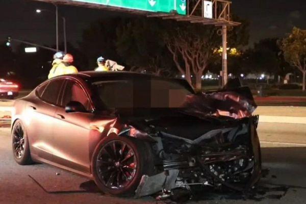 Tesla Model S tự lái đâm Honda Civic khiến 2 người thiệt mạng