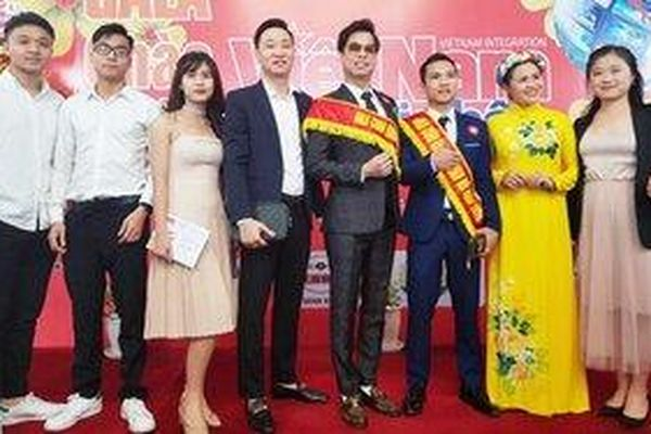 'Nghệ sĩ bình dân' Ngọc Sơn mang tình yêu bóng đá Việt Nam ra châu Âu