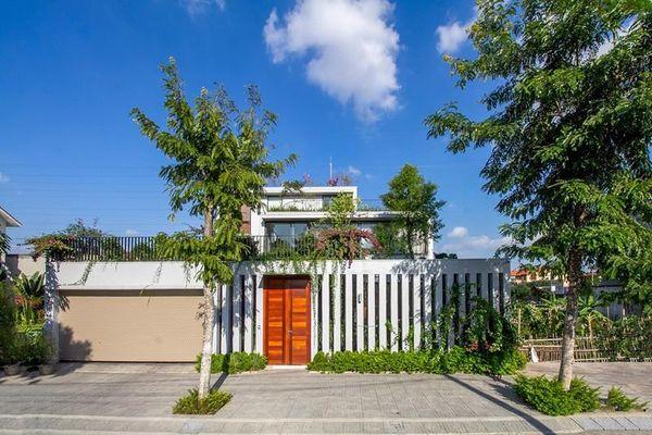 Mát mắt với ngôi nhà ba tầng đan xen vườn xanh