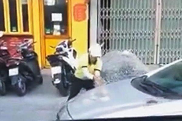 Nữ điều hành taxi cầm đá đập ô tô của tài xế Grab
