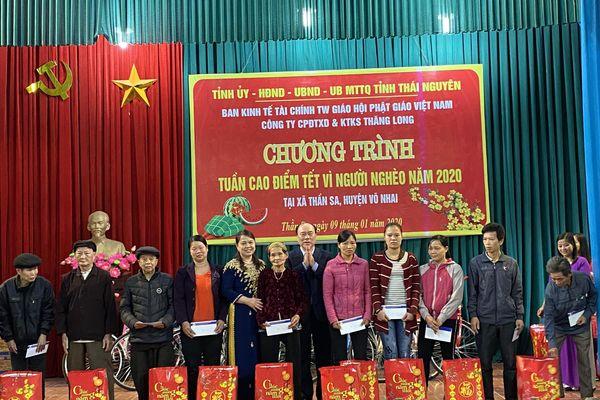 Công ty CP ĐTXD và KTKS Thăng Long tặng quà tết cho các hộ nghèo tại xã Thần Sa