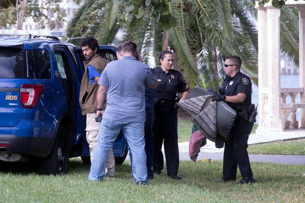 Một người Iran bị bắt cùng mã tấu, rìu ẩn nấp gần khu nghỉ dưỡng của ông Trump ở Florida