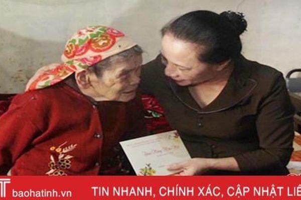 Lãnh đạo tỉnh chúc tết, tặng quà Mẹ Việt Nam Anh hùng ở Đức Thọ