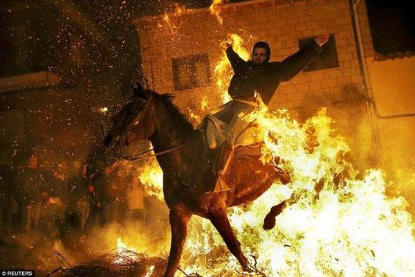 Rùng mình trước lễ hội 'dị' phi ngựa qua lửa tại Tây Ban Nha